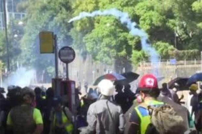 Hong Kong gösterilerinde şiddet tırmanıyor