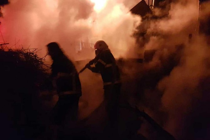Besni'de çalılıkta çıkan yangın eve sıçradı