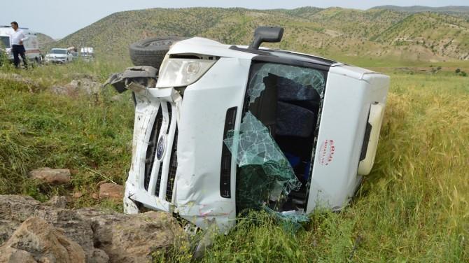 Baykan'da minibüs şarampole yuvarlandı: 4 kişi yaralandı