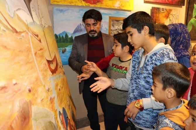 Çizdikleri tablolarla dünyadaki zulümlere dikkat çekiyorlar