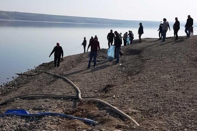 Kahta Mesleki ve Teknik Anadolu Lisesi personeli baraj kenarında çöp topladı