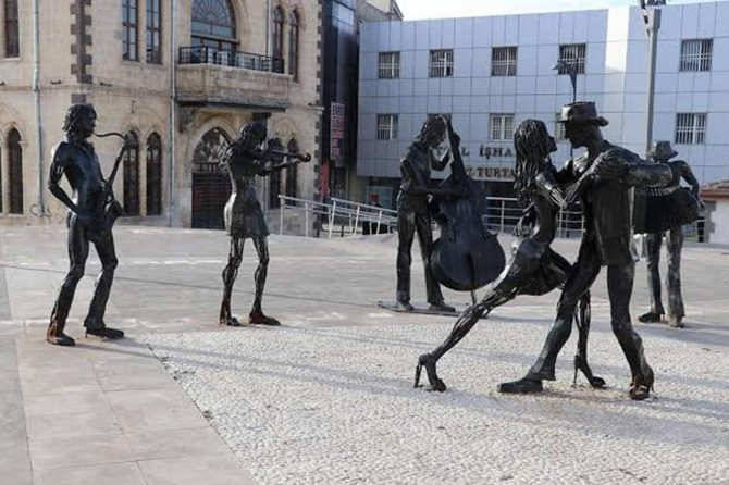 Fransızlaşmışlar heykellerin kaldırılmasını hazmedemiyor