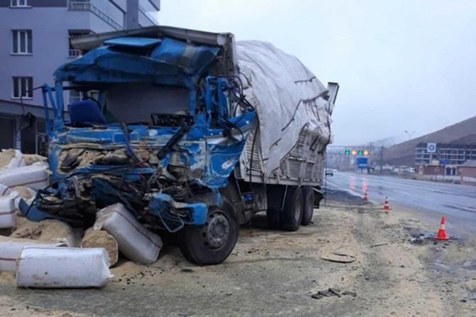 Bitlis'te askeri araçla saman yüklü kamyon çarpıştı: Biri ağır 3 yaralı
