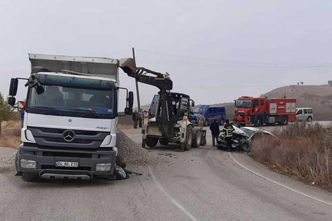 Hafriyat kamyonu ile otomobil çarpıştı: 5 yaralı