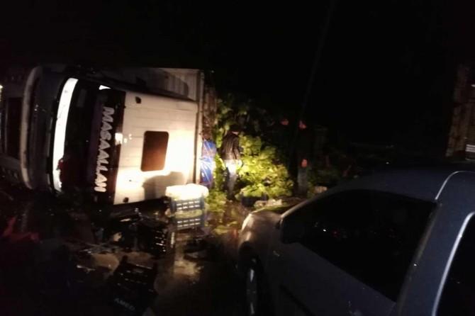 Osmaniye'de sebze yüklü kamyon devrildi
