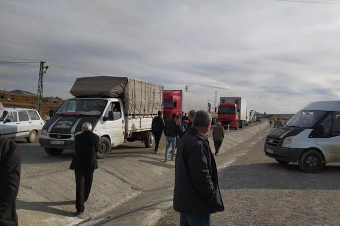 Adıyaman-Şanlıurfa Karayolunda kavşak isteyen köylüler yolu trafiğe kapattı
