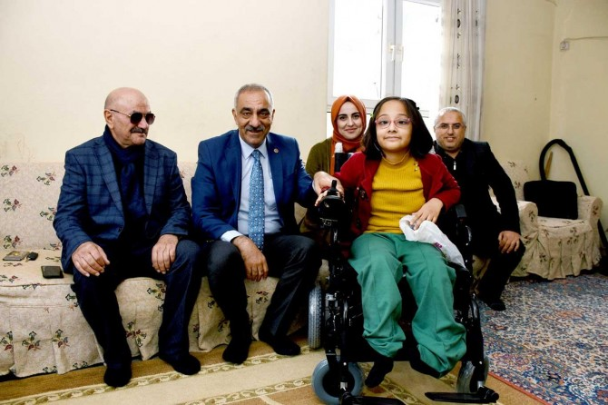 Bayık, engelli Küçük Fatma'ya akülü tekerlekli sandalye hediye etti