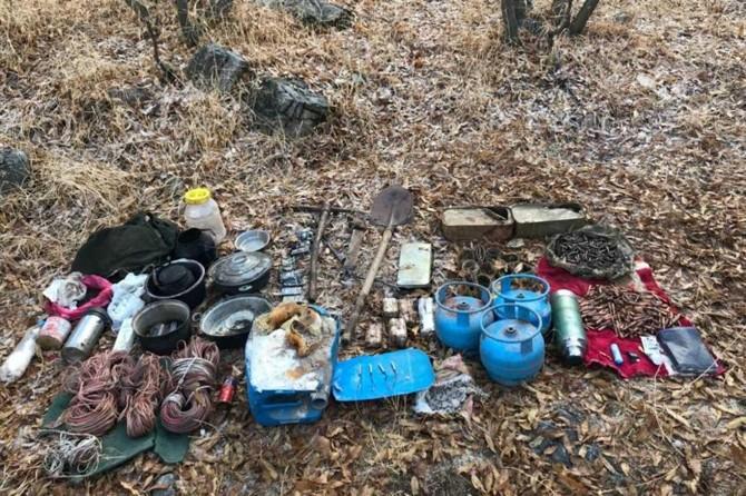 Çatak'ta PKK'ye ait çok sayıda silah ve mühimmat ele geçirildi