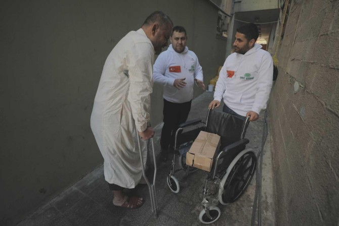 Umut Kervanı Gazzeli gazilere tekerlekli sandalye yardımında bulundu