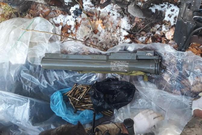 Mutki kırsalında araziye gizlenmiş law silahı ve mühimmat ele geçirildi