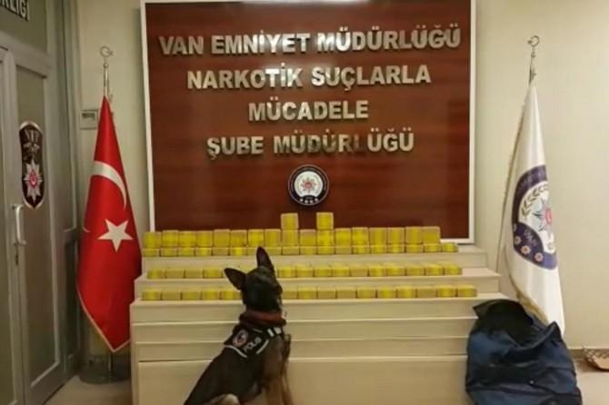 Van Tuşba Akköprü Mahallesi'nde park halindeki kamyonetten 45 kilogram eroin çıktı
