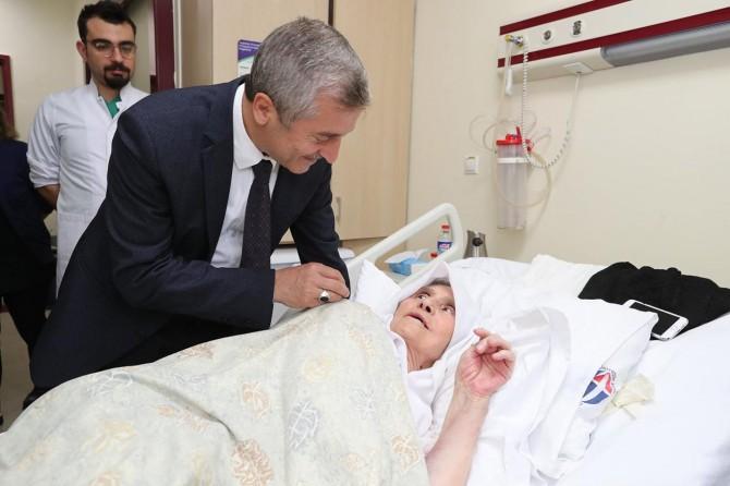 Yaşlı ve hastalarımızı ziyaret ederek moral vermeliyiz