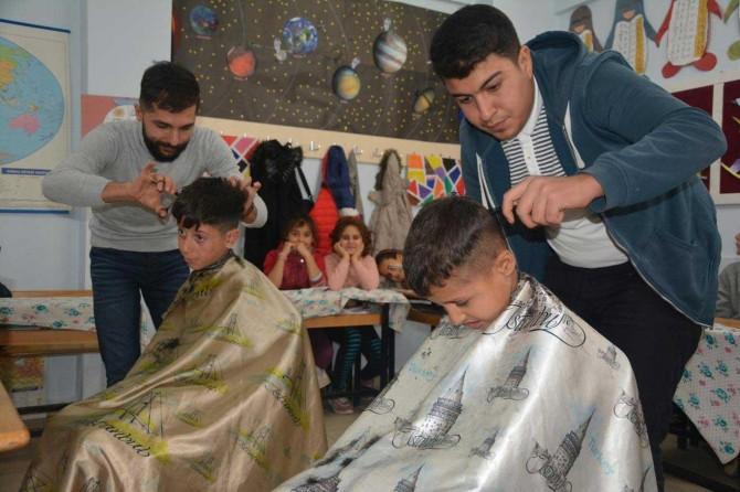Kozluk'ta gönüllü berberlerden tıraşsız çocuk kalmasın projesi