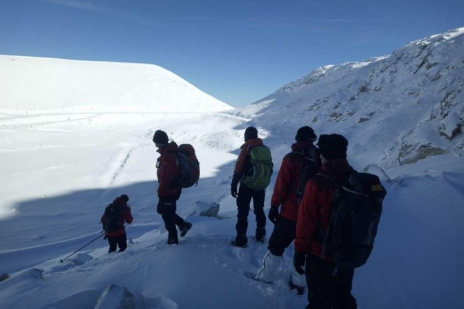 Kayıp dağcıları arama çalışmalarında bir baton daha bulundu