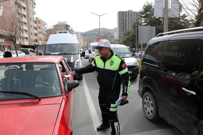 Trafik denetimlerinde 696 sürücüye para cezası