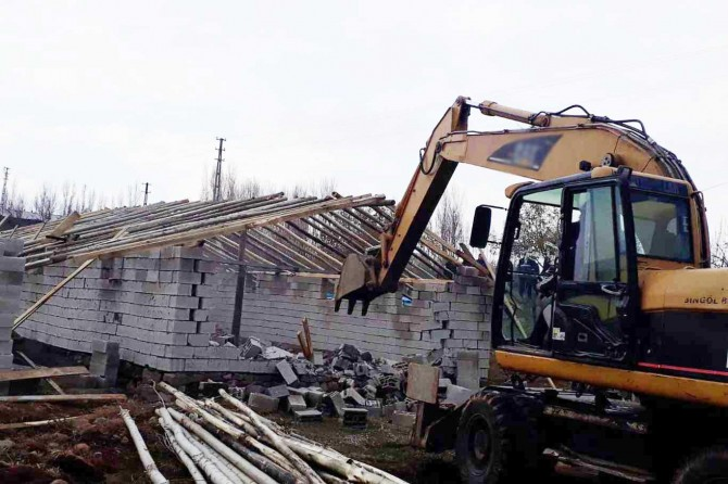 Kaçak yapı ve metruk binaların yıkımı devam ediyor