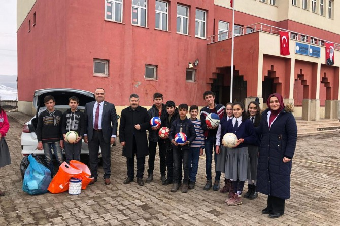 Ağrı GSİM'den köy okuluna malzeme desteği