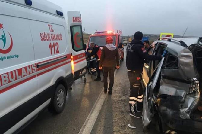 Kovancılar'da hafif ticari araç ile pikap çarpıştı: 3 yaralı