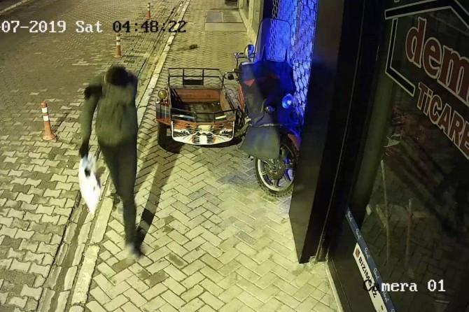 Kovancılar'da telefon hırsızları güvenlik kamerasına yakalandı