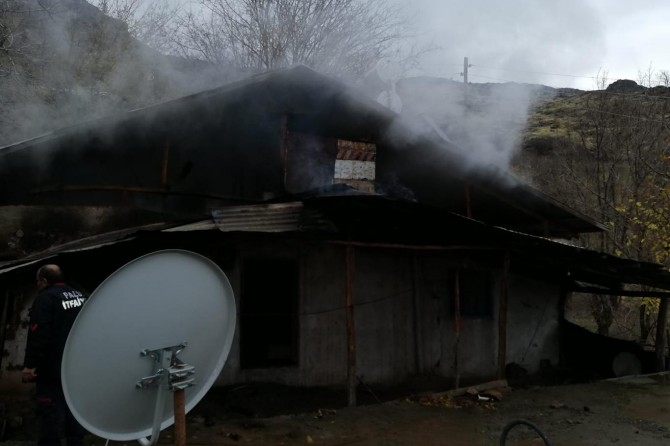 Palu'da yangın çıkan ev kullanılamaz hale geldi