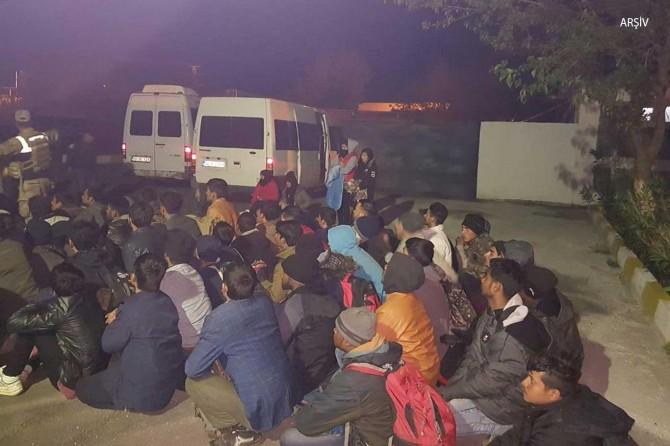 Ahlat'ta göçmenleri taşıyan araç durmayınca polis ateş açtı: 1 ölü