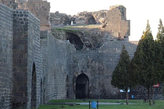 Surlardan taş söküp satmak Diyarbakır tarihine ihanettir