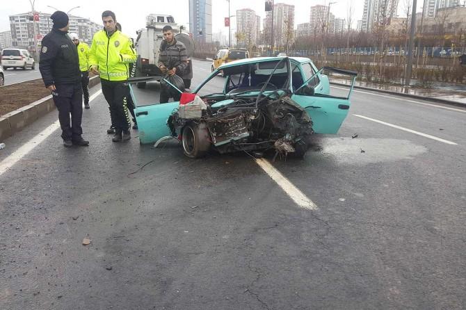 Otomobil refüje çarptı: 2 ağır yaralı