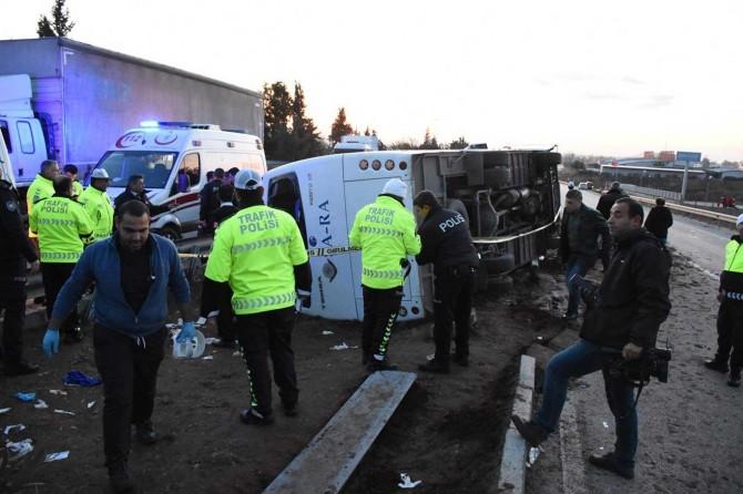Adana'da işçi servisi devrildi: 25 yaralı
