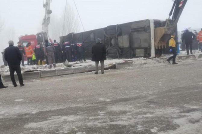 Şarkikaraağaç'da yolcu otobüsü devrildi: 29 yaralı