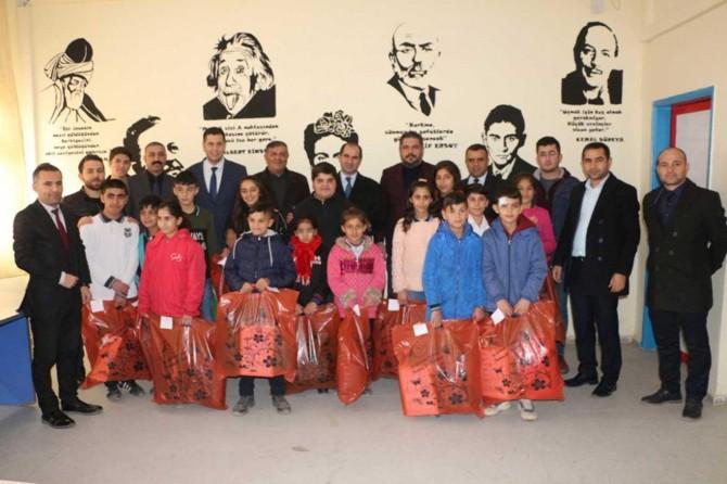 Silopi'de öğrencilere kışlık giysi dağıtıldı