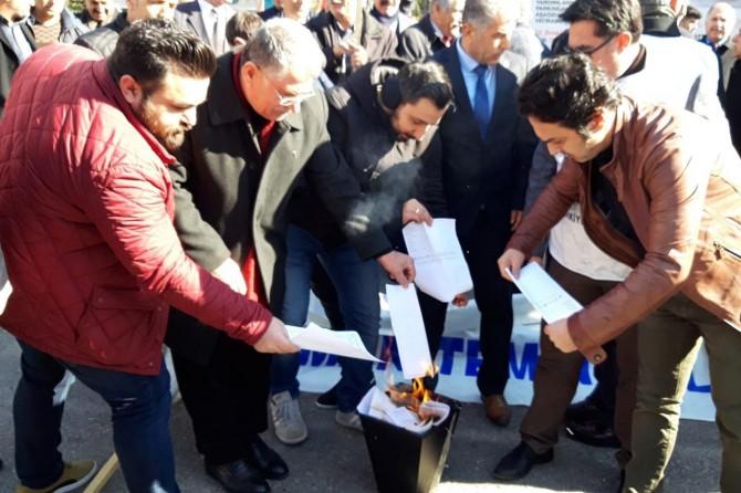 Memurlar maaş artışlarını protesto etmek için bordrolarını yaktı
