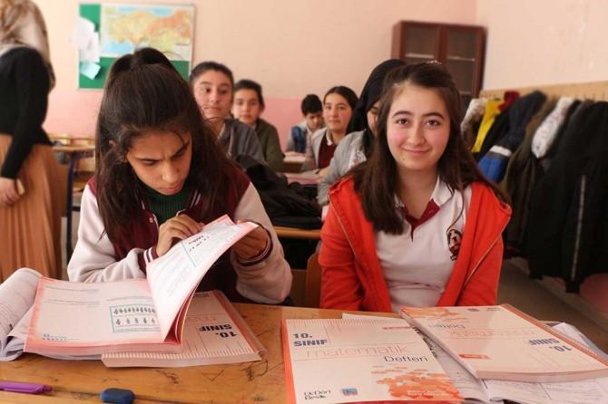 Silopi'de Kızılay'dan lise öğrencilerine yardımcı kaynak desteği