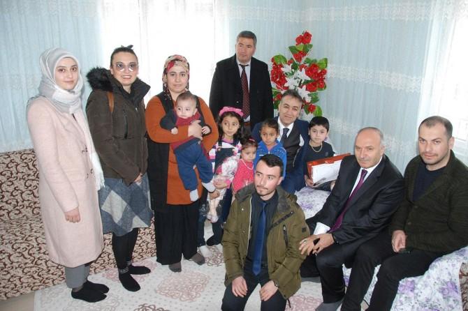 Bitlis'te ameliyat olan engelli çocuk evinde karne heyecanı yaşadı