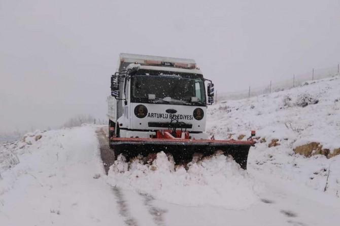 Mardin'de kar yağışında kapanan yollar açıldı