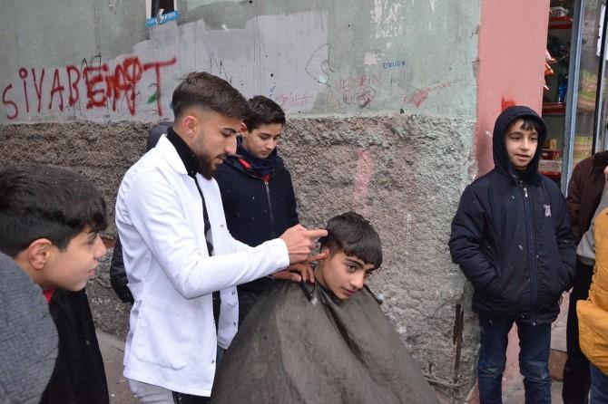 Karnesinde zayıf notu olan çocuklar tıraş edilerek sevindirildi