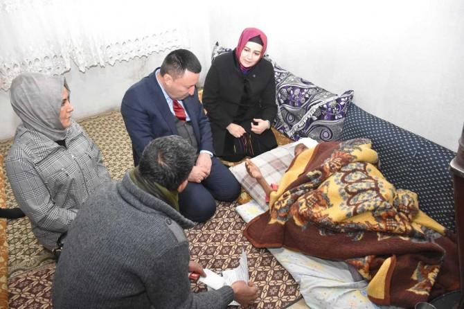 Bağlar Belediyesinden yatalak yaşlı bir kadın ile engelli genç bayana moral ziyareti