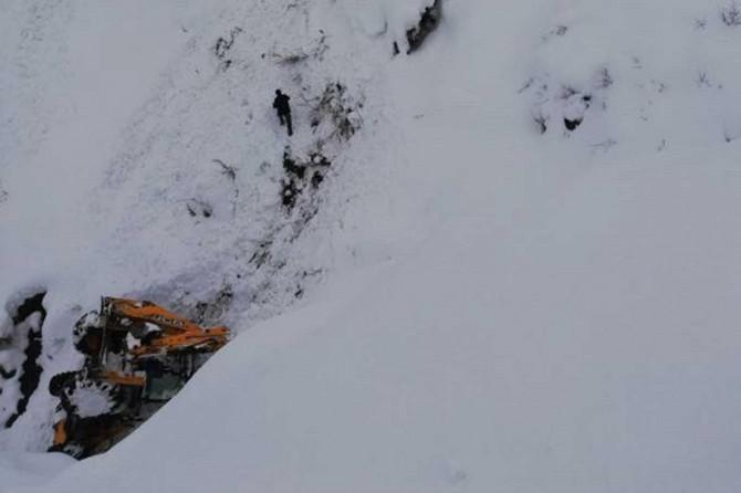 Köy yollarını açmaya çalışan iş makinesi şarampole devrildi