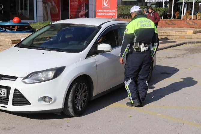 Yayalara yol vermeyen sürücülere para cezası verildi