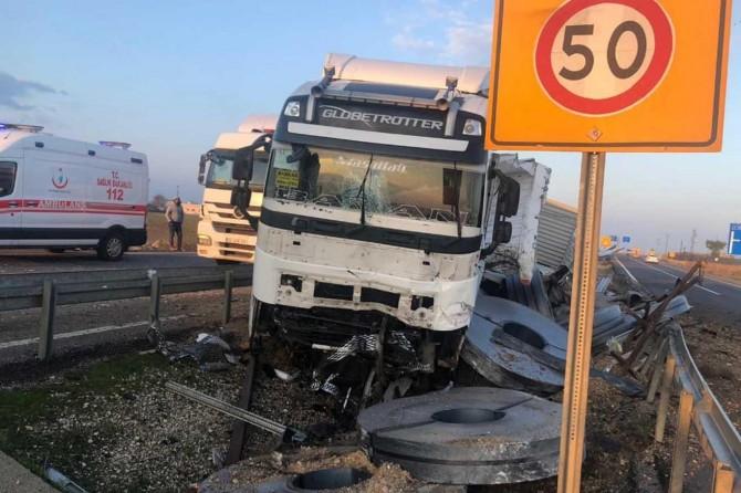 İpekyolu'nda çelik rulo yüklü TIR devrildi: 2 yaralı