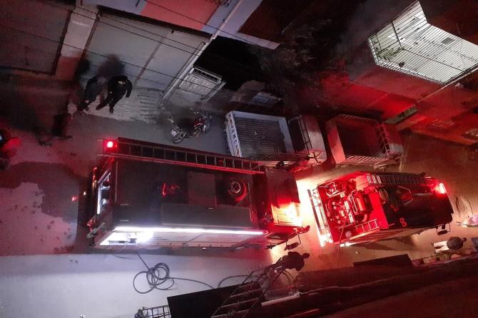 Adana'da çıkan ev yangınında 60'a yakın kuş telef oldu