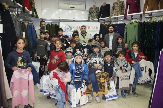 IHO-EBRAR ihtiyaç sahibi onlarca çocuğa giyim yardımında bulundu