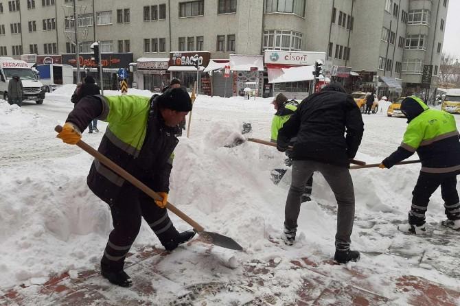 Van'da yoğun kar yağışı hayatı olumsuz etkiliyor