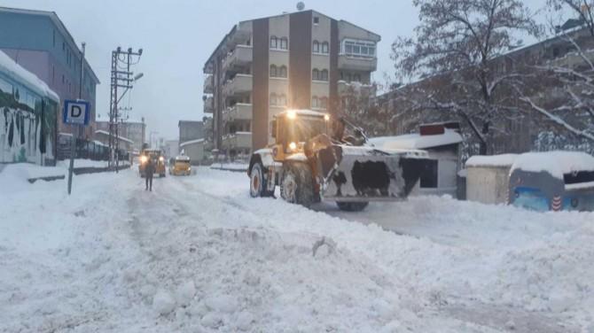 İpekyolu Belediyesi kapanan yollarda kar temizleme çalışması yapıyor