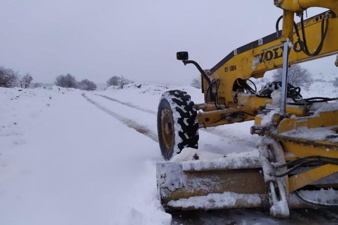 Mardin'de kardan kapanan köy yolları açılıyor