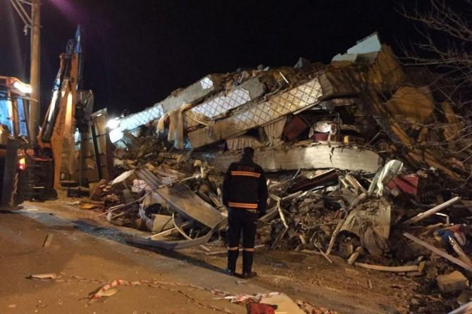 Depremde yıkılan 5 katlı binanın enkazında kurtarma çalışmaları sürüyor