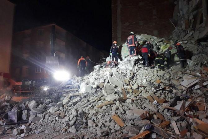 Elâzığ'da 11 saat sonra enkazdan 1 kadın sağ çıkarıldı