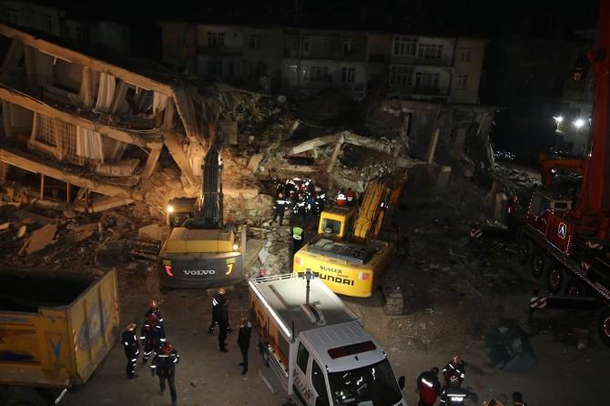 Elazığ'da arama kurtarma çalışmaları gece de sürüyor