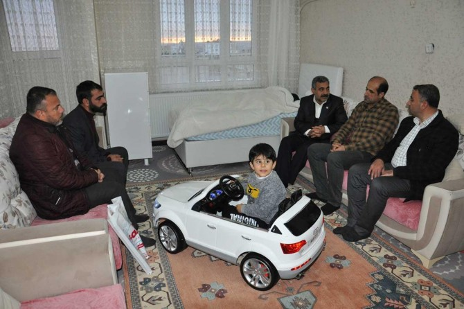 HÜDA PAR Batman heyeti, çocukları ölümcül hastalığa yakalanan Abay ailesini ziyaret etti