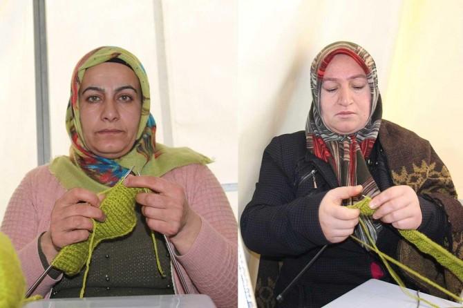 Evlat nöbetindeki anneler depremzedeler için atkı ve bere örüyor
