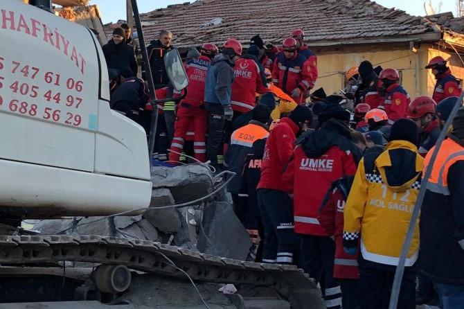 Van sağlık ekiplerinin deprem bölgesindeki yardım çalışmaları sürüyor